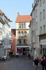 Blick durch die Hünersdorfer Straße / Fußgängerzone auf die Querstraße Gotha.