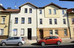 Wohnhäuser mit unterschiedlicher Fassadengestaltung, Ammerstraße in Mühlhausen/Thüringen.