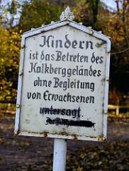 Hinweisschild vom Bürgermeister der Stadt Bad Segeberg:  Kindern ist das Betreten des Kalkberggeländes ohne Begleitung von Erwachsenen untersagt.