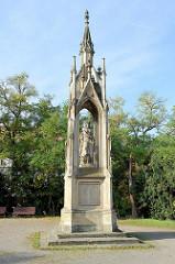 Gefallenen Denkmal Germania / Kriegerdenkmal in der Grünanlage am Kramerplatz von Naumburg. Das Denkmal wurde 1873 eingeweiht - Entwurf Architekt  Johann Gottfried Werner, Ausführung Bildhauer Julius Karl Adalbert Moser.