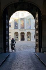 Blick durch das Eingangstor vom Weimarer Stadtschloss zum Innenhof und dem Schlossmuseum.