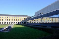 Seitenansicht / Fensterfront vom Atrium Weimar / ehemaliges geplantes Gauforum - der nördliche Gebäudeflügel spiegelt sich im Glas.