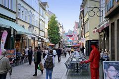 Straßenszene der Karlstraße in Eisenach Cafés mit Tischen auf dem Gehweg; Einzelhandelsgeschäfte und Passanten.