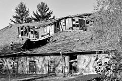 Zusammengestürztes / eingefallenes Dach eines alten Lagergebäude am Ufer der Ilm von Weimar.
