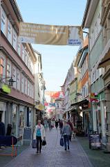 Blick in die Fußgängerzone Querstraße von Eisenach -  Transparente mit Luther Zitaten: Das ständige Vorhandensein nach der Dinge wertlos. Seltenes achtet man.