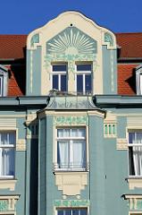 Hausgiebel  mit aufwändiger Jugendstilfassade - Teil des Denkmalensembles am Graben in Weimar/Thüringen.