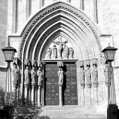 Eingang der Sankt Marienkirche in Mühlhausen in der sich auch die Müntzer Gedenkstätte befindet. Die gotische Marienkirche wurde hauptsächlich im 14. Jahrhundert errichtet, der radikale Reformator Thomas Müntzer wirkte hier als Pfarrer.