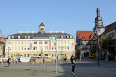 Markt von Eisenach, Blick auf der Stadtschloss - rechts das historische Rathaus der Stadt. Das Gebäude des Rathauses wurde 1508 im Renaissancestil errichtet und diente zunächst als städtischer Weinkeller, ab 1596 dann als Rathaus.