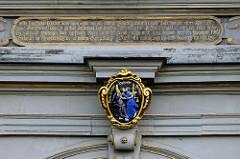 Friedenskuss-Darstellung über dem Eingang vom Schloss Friedenstein in Gotha; Inschrift der Reliefkartusche: Friede ernehret, Unfriede verzehret!