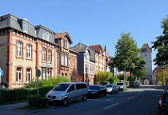 Gründerzeitarchitektur in der Johannisstraße von Mühlhausen - Wohnhäuser mit Ziegelfassaden oder Fachwerk - re. das äußere Frauentor, Teil der historischen Stadtbefestigung.