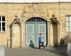 Tor am Stadtschloss von Eisenach, Portalrelief mit Wappen.