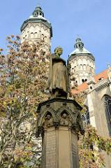 Standbild des Markgrafen Ekkehard am Brunnen vor dem Naumburger Dom -  dahinter die beiden Osttürme der ehemaligen Kathedrale.
