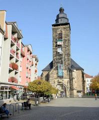 Die evangelische Margarethenkirche am Neumarkt in Gotha ist eine spätgotische Hallenkirche - der Turm wurde 1542 vollendet.