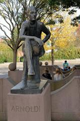 """Bronzeskulptur von Ernst-Wilhelm Arnoldi am Arnoldiplatz in Gotha; der Kaufmann gilt als """"Vater des deutschen Versicherungswesens""""."""