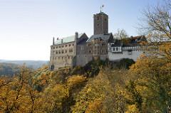 Blick auf die Wartburg in Eisenach; sie wurde 1067 gegründet im 19. Jahrhundert größtenteils neu gebaut und gehört seit 1999 zum UNESCO Weltkulturerbe.