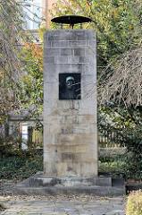 Mahnmal des VdN für die Opfer des Faschismus am Salztor in Naumburg - Bronze Relief von Ernst Thälmann.