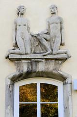 Wandrelief kniender nackter Mann / nackte Frau als Fassadendekoration in Gotha.
