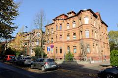 Mehrstöckige Wohnhäuser mit Backsteinfassade in der Goethestraße von Eisenach.
