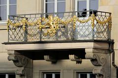 Balkon mit goldenem Blattwerk und Wappenlöwe am Hauptgebäude vom  Thüringer Landesamt für Vermessung und Geoinformation in Gotha.