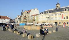 Markt in Eisenach - Blick auf den Georgsbrunnen und re. das Stadtschloss.