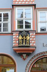Erker mit Relief und goldenen Figuren, Jahreszahl 1645 - Apotheke zum Lorbeerbaum in Naumburg.