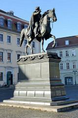 Platz der Demokratie in Weimar, Carl August Denkmal - eingeweiht 1875, Bildhauer Adolf von Donndorf.