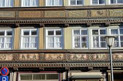 Wohnhaus / Fachwerkhaus in der Westtorstraße von Duderstadt; Fachwerkfelder mit Dekor, gegenständlichen Szenen dekoriert - Anno 1633, Baustil des Barock.
