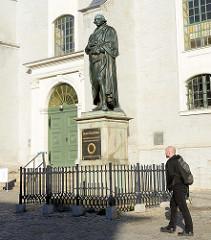 Denkmal von Johann Gottfried Herder vor der Stadtkirche Sankt Peter und Paul am Herderplatz in Weimar.