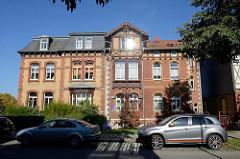Einstöckiges Wohnhaus mit gelb roter Ziegelfassade und beschnitztem Holzerker - Bilder aus Mühlhausen, Johannisstraße.