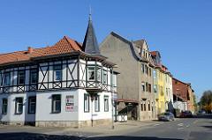 Wohnhaus mit Fachwerk und Erker/Dachturm in der Friedrich Engels Straße von Mühlhausen.