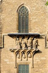 Fassade mit Skulpturen am Naumburger Dom; der heute evangelische Naumburger Dom St. Peter und Paul ist die ehemalige Kathedrale des Bistums Naumburg und stammt größtenteils aus der ersten Hälfte des 13. Jahrhunderts.