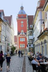 Fußgängerzone / Einkaufsstraße Hünersdorfstraße in Gotha, im Hintergrund das historische Rathaus der Stadt.