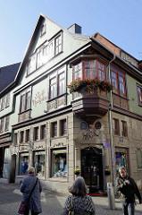 Blick zum historischen Gebäude der Stadtapotheke an der Fußgängerzone der Karlstraße in Eisenach.