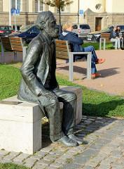 Ernst-Abbe-Denkmal auf dem Theaterplatz von Eisenach - Abbe ist ein 1840 in Eisenach geborene Physiker und Sozialreformer.