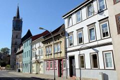 Wohnhäuser in unterschiedlichen Baustilen  in der Wanfrieder Straße von Mühlhausen, im Hintergrund der Kirchturm der Sankt Nikolai Kirche.