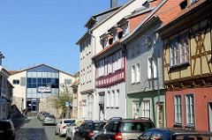 Historische Wohnhäuser in der Breitenstraße von Mühlheim - Blick zur Burg Galerie.