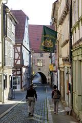 Blick durch die Ratsstraße von Mühlhausen zum Durchgang beim historischen Rathaus der Stadt.