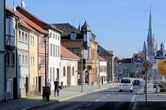 Wohnhäuser in der Johannisstraße von Mühlhausen, rechts die historische Stadtmauer mit der Kuppel vom Frauentor - dahinter der gotische Kirchturm der Marienkirche.