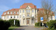 Blick zum Gebäude des Oberlandesgerichtes am Domplatz in Naumburg;  erbaut  im Stil des Neubarock / Jugendstil - Architekt Fritz Hoßfeld.