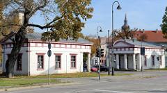 Blick zu den Torhäusern vom 1834 abgerissenen Salztor, Teil der Stadtbefestigung von Naumburg. Im Ost-Torhaus ist heute die Bibliothek Bibliotheca Lepsius des ehemaligen Naumburger Bürgermeisters Carl Peter Lepsius untergebracht.