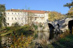 Blick vom Ufer der Ilm auf die Sternbrücke / Schlossbrücke in Weimar; die Brücke wurde 1651–1654 von dem thüringischen Baumeister Johann Moritz Richter d.Ä. erbaut. Links das Weimarer Stadtschloss;