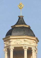 Kuppel mit goldenem Wappen auf der Spitze - Gebäude vom Stadtschloss in Eisenach.