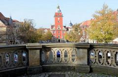 Steinbrüstung der Aussichtsplattform der Wasserspiele am Schlossberg in Gotha; im Hintergrund der historische Rathausturm.