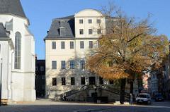 Wilhelm-Ernst-Gymnasium am Herderplatz in Weimar - eingeweiht 1716, Einweihung durch den Landesbaumeister Christian II Richter. Nutzung ab 1784 des Festsaal der reformierten Gemeinde zum Gottesdienst.