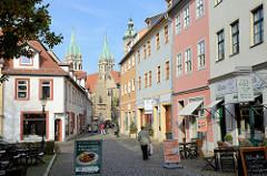 Historische Altstadt von Naumburg, Fußgängerzone am Steinweg; Blick zum Naumburger Dom.