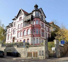 Mehrstöckige Villa mit Fachwerkgiebeln und Erkerturm im Hainweg / Burgstraße von Eisenach.