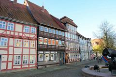 Wohnhäuser / historische Fachwerkarchitektur an der Marktstraße in Duderstadt; re. ein Ausschnitt vom Schützenbrunnen.