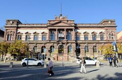 Blick über den Goetheplatz zum historischen Gebäude des kaiserlichen Postamts / Hauptpostamt in Weimar; jetzt teilweise Nutzung als Fitnessclub.