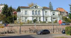 Historische neoklassizistische Architektur in der Marienstraße von Eisenach; jetzt Nutzung  als betreute Wohnanlage.