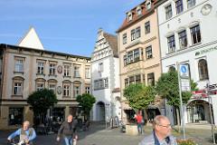 Historische, denkmalgeschützte Gebäude am Markt in  Naumburg - in der Bildmitte das Stadtmuseum Hohe Lilie, welches sich in einem historischen Bürgerhaus des 13. Jahrhunderts befindet.